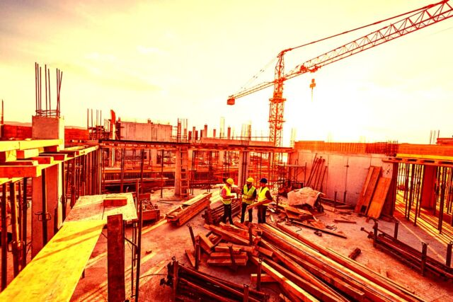 Investors-and-contractors-on-construction-site-1042342584_2122x1416-1536x1025